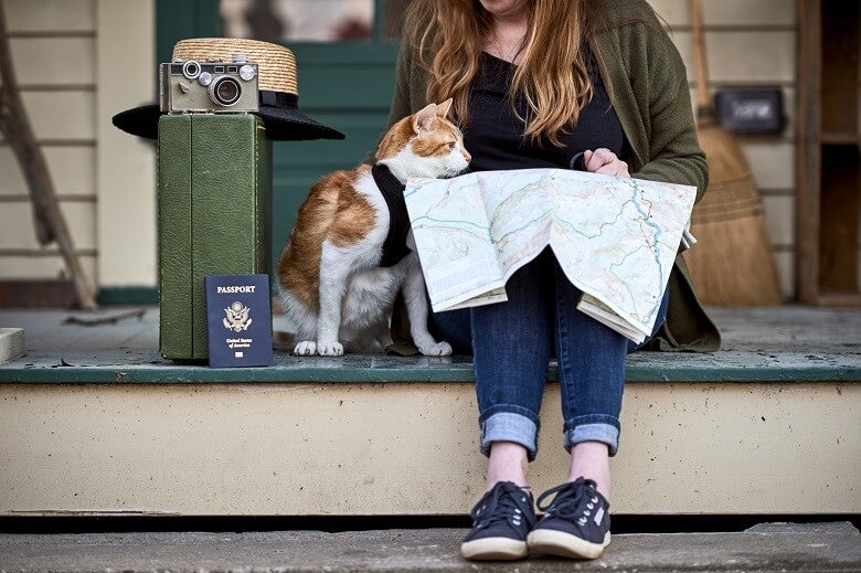 Lady and her cat travelling